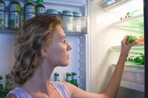 woman looking in fridge_overnight fasting concept_oncology news australia_800x500